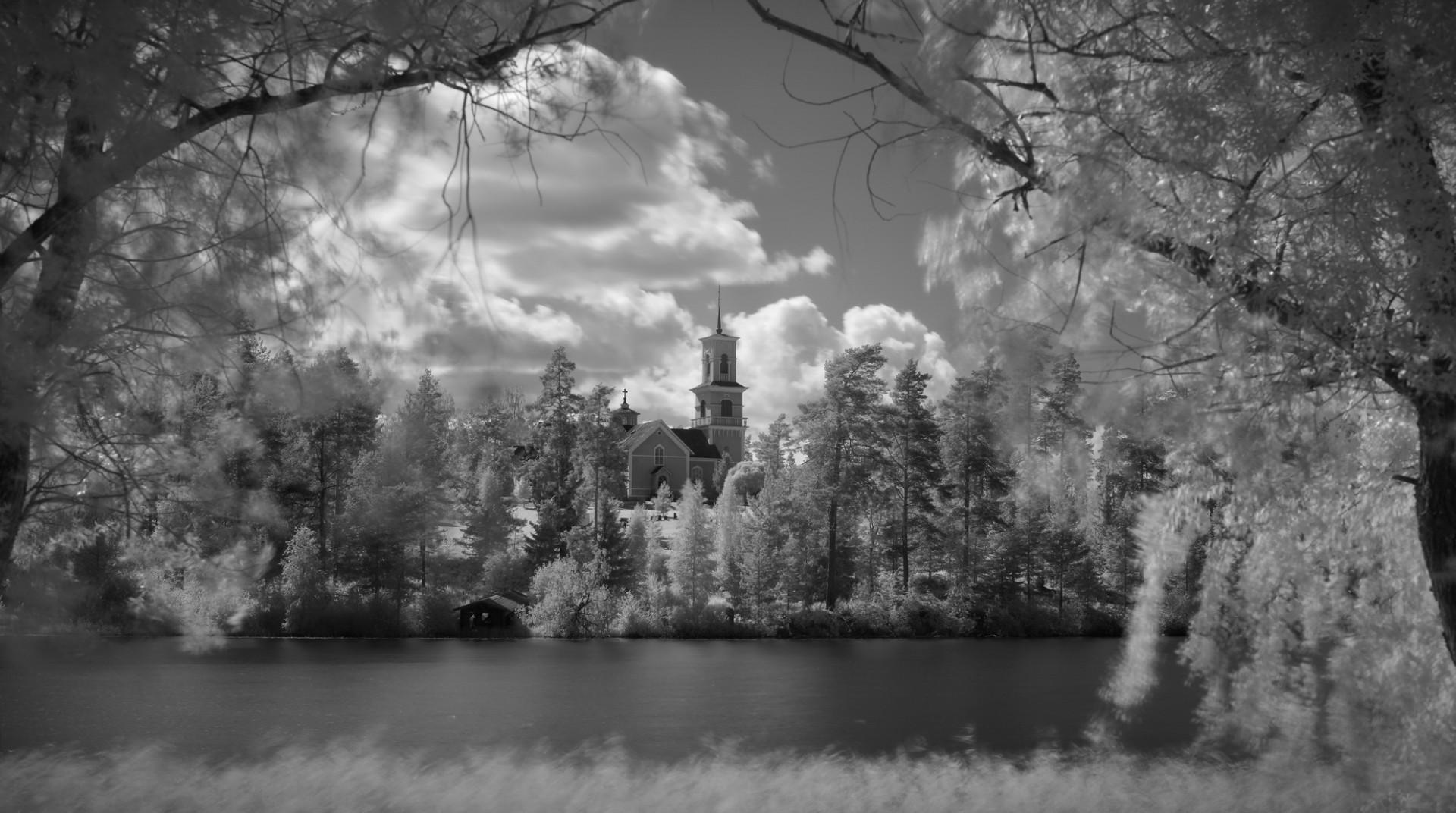Viitasaaren kirkko infrapunamustavalkoisena