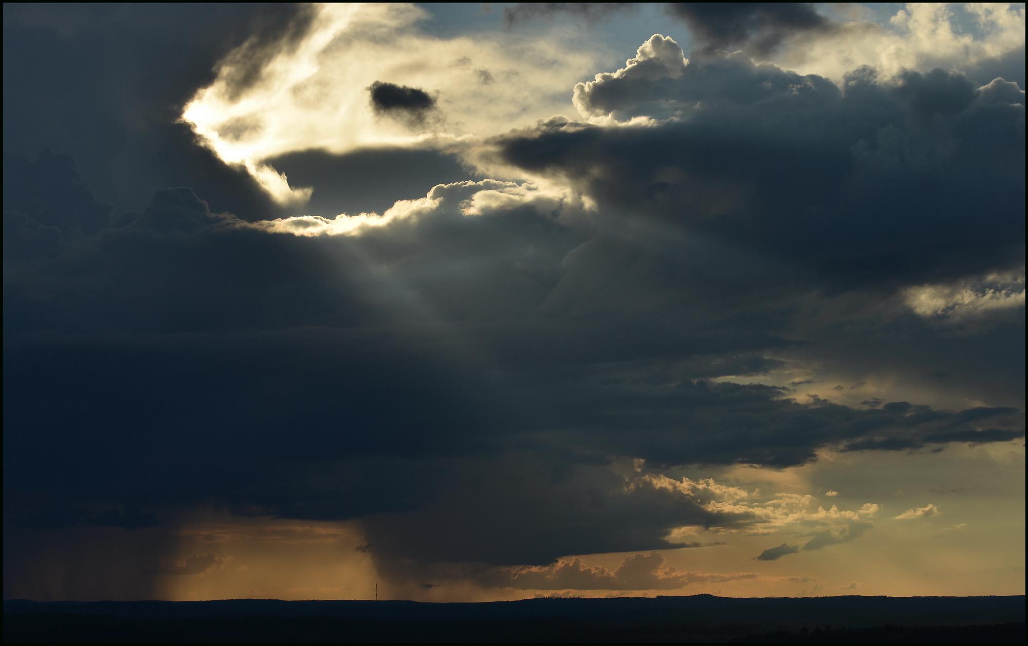 Ukkosmyrsky auringonlaskun aikaan Täivuorelta katsottuna resize